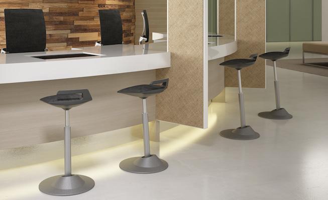 sur ce site j evoque essentiellement les bureaux debout qui permettent donc de travailler debout mais il existe aussi la chaise assis debout
