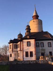 Radwandern zur Burg Posterstein - zahlreiche große Wanderrouten führen direkt an der Burg vorbei.