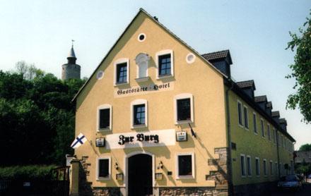 """In und um Posterstein gibt es zahlreiche Hotels und Gaststätten - Hier das Hotel """"Zur Burg"""" am Fuß der Burg Posterstein."""