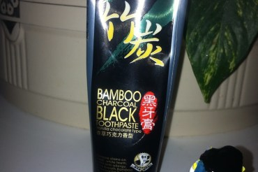 Schwarze Zahnpasta die nach Vanille-Schoko schmeckt