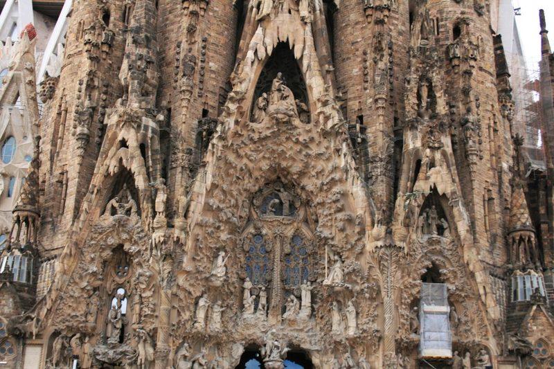 verspielte und florale Kirchenfassade von Antoni Gaudi, Sagrada Familia in Barcelona