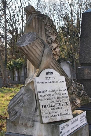 Alte Grabskulptur auf dem Zentralfriedhof in Wien