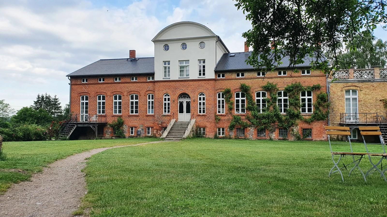 Blick auf das Gut Pohnstorf, Urlaub im Gutshaus, Ferien im Schloss in Mecklenburg-Vorpommern, Übernachten in einem Gutshaus