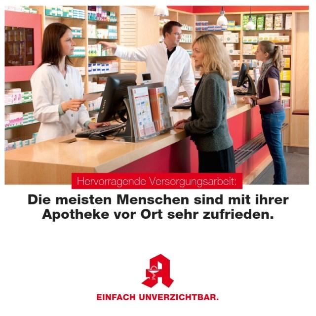 zufriedene Kunden am Handverkaufstisch in einer Vor-Ort-Apotheke