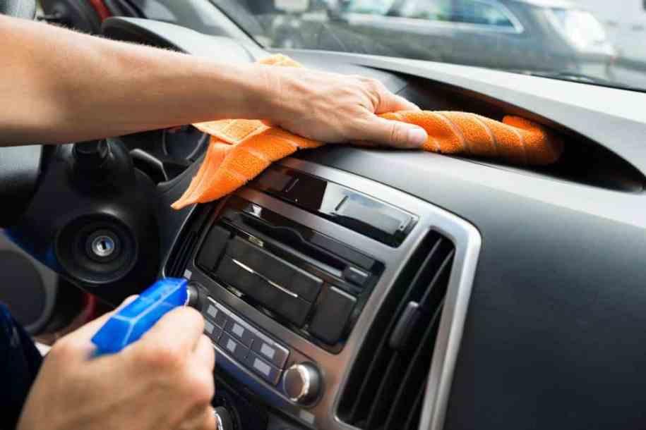 Nettoyer l'intérieur de votre voiture à moindre coût.