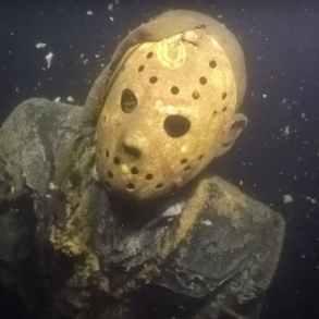 Alguém colocou uma estátua do Jason no lago de Minnesota para assustar os mergulhadores 19