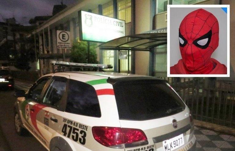 Adolescente vestido de Homem-Aranha agride suspeito de pedofilia em Joaçaba 16