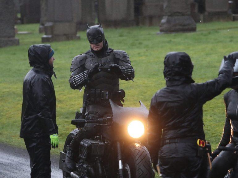 Dublê de Robert Pattinson revela traje do Batman no set em Glasgow! 16