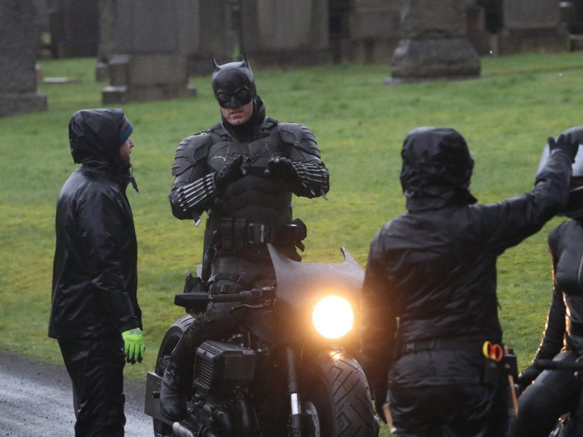 Dublê de Robert Pattinson revela traje do Batman no set em Glasgow! 18