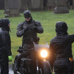 Dublê de Robert Pattinson revela traje do Batman no set em Glasgow! 21