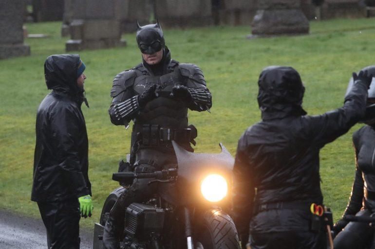 Dublê de Robert Pattinson revela traje do Batman no set em Glasgow! 25