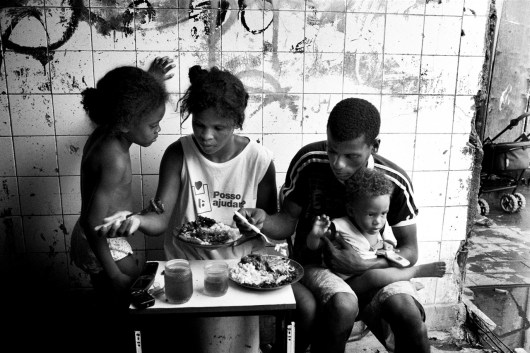Leo (25) and Geany (22) with their two childrens taking lunch.