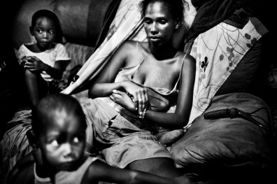 Melanie (22) is actually living with her two sons in a small shack in a old chocolate factory in Salvador de Bahia. In spite of the extreme conditions in wich they live, this factory in ruins has become a home for the family.