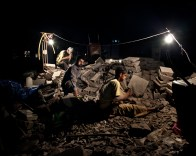 Agosto 2010 - Ibb - Worker at night during ramadam .
