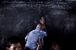 """A tan solo un centenar de kil—metros de Calcuta pero inmersos en una selva en la que parece haberse detenido el tiempo, un grupo de misioneros jesuitas ha ampliado el sentido de llamarse """"padres"""". En su misi—n """"Jisu Ashram"""" acoge a m‡s de un centenar de ni–os provenientes de familias de agricutores de las castas m‡s bajas. Son 10 padres para cien ni–os y suponen la œnica esperanza de futuro para una nueva generaci—n de j—venes indios que sufre, con disimulada virulencia, un abrupto paso a la era moderna, a la era de las grandes ciudades, en la que el trabajo en el campo poco se diferencia ya de la esclavitud. Only a hundred miles from Calcutta but immersed in a jungle in which time seems to stand still, a Jesuit missionary group has expanded the meaning of being called """"parents"""". In its mission """"Jisu Ashram hosts over a hundred children from families of agricutores of lower castes. There are 10 hundred children and parents to represent the only hope for the future of a new generation of young Indians who are suffering, with concealed virulence, an abrupt transition to the modern era, the era of big cities, which work in the field and differs little from slavery."""