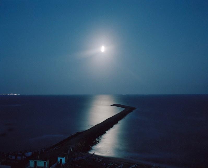 Pleine lune au point de rencontre de la mer d'Arabie et du golfe du Bengale, Kanyakumari.