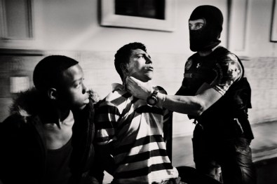Juvenile detention Saul and Walter David Martinez Quilez marijuana in district 1 of tegucigalpa for possession of marijuana. In the image detainees are beaten by police