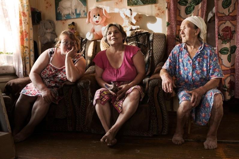 (ENG) Women discussing in a hot summer afternoon. Tonshaevo village (ITA) Donne discutono in un caldo pomeriggio d'estate. Villaggio di Tonshaevo.