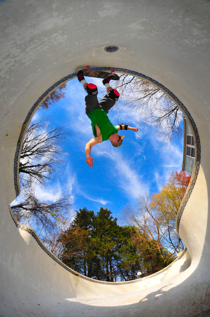 Skateboarder receives him bare outdoor