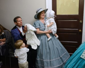 The Natchez Pilgrimage Tour was founded by a group of white women, in 1930, to compensate for the loss of resources that came with the collapse of the cotton industry and the 1929 financial crisis. Twice a year, the tour displays what is known as the «Historic Natchez Tableau», a replay of the history of Natchez, capital of the «Cotton Kingdom» until 1863. The scenes depict a presumed history of Natchez from its foundation until the present day, focusing on the splendour of landed gentry, aristocracy and the wealth of the city, without any mention of slavery on which such wealth depended. According to Cheryl Rinehart, artistic director of the «Tableau», the objective is primarily didactic: «teach young people the glorious history of the city.» From the series CASTA, Race, Memory and Community in the southern United States