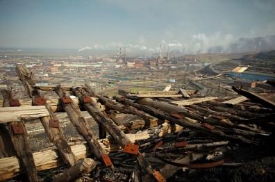 Déjà il y a 6 000 ans, les riches sous-sols de la région de Norilsk ont attiré les hommes, dont les traces de passage ont été relevées par des archéologues. Mais la réelle histoire de Norilsk commence au début du 20eme siècle, lorsque l'expédition du géologue Urvantsev mettra à jour les riches gisements de nickel, cuivre et cobalt. En 1936, l'URSS débute la construction du complexe métallurgique et de la ville. Ce travail difficile dans un environnement polaire est confié aux prisonniers du Goulag, travaillant dans des conditions inhumaines. Les mines, les usines de Nickel et de cuivre et une grande partie de la ville moderne ont été construites par les prisonniers. Pendant plus de 20 ans, 600 000 prisonniers – dont plusieurs milliers ont perdu la vie - auront travaillé à Norilsk, pour sa construction et son exploitation.