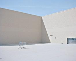USA, Minnesota: Eine einzelner Einkaufswagen steht am Seiteneingang eines Wal Marts im ländlichen Minnesota. Bilder eines Landes, dass uns so fremd und doch so nah scheint. Fotografiert auf einer Reise durch 22 Bundesstaaten durch die USA im Jahr 2015 und 2016. FOTO: Mario Wezel