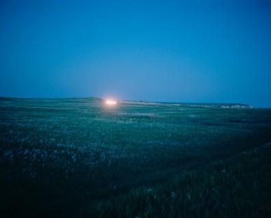 USA, South Dakota, Badlands : Ein Auto fährt eine Straße im Badlands National Park entlang. Bilder eines Landes, dass uns so fremd und doch so nah scheint. Fotografiert auf einer Reise durch 22 Bundesstaaten durch die USA im Jahr 2015 und 2016. FOTO: Mario Wezel