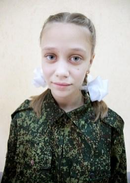 Sonia, 9 ans, pose en treilli militaire à école militaire cosauqe de Balaya Kalitva. Venues des quatres coins de la région, ce pensionnat pour jeunes fille forme les meilleures quelque soit la discipline, chant, gymnastique,majorettes, arts martiaux, boxe, dans un culte sans faille pour la mère patrie et le président Poutine.