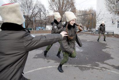 Olga, 15 ans joue à chat perché avec ses amies à école militaire cosauqe de Balaya Kalitva. Venues des quatres coins de la région, ce pensionnat pour jeunes fille forme les meilleures quelque soit la discipline, chant, gymnastique,majorettes, arts martiaux, boxe, dans un culte sans faille pour la mère patrie et le président Poutine.
