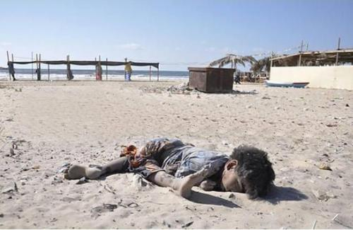 gaza-dead-child-on-beach
