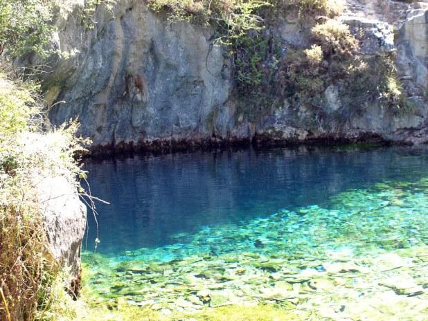 Aguas cristalinas en el pozo azul