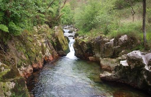 Salto de agua hasta el nacimiento del río Purón