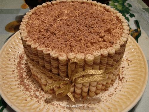 Pastel de chocolate con barquillos