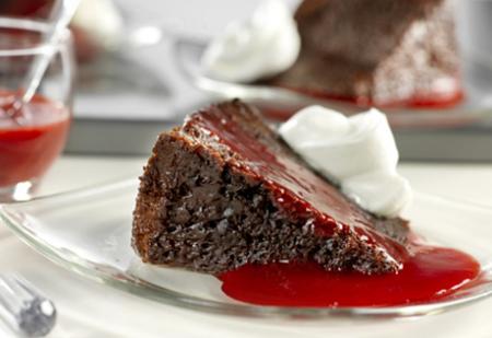 Pastel de chocolate con salsa de frambuesa