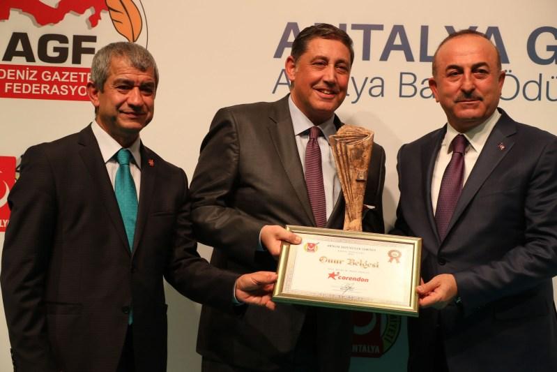 Corendon Turizm Grubu Yönetim Kurulu Başkanı YıldırayKaraer, ödülü Dışişleri Bakanı Mevlüt Çavuşoğlu'nun elinden aldı.