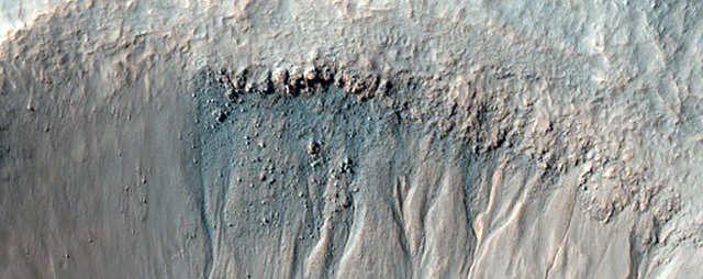 A NASA mantém um olho de barrancos como este para pequenos deslizamentos de terra - e qualquer água que derreta no sol quente para formar lama de cor escura.