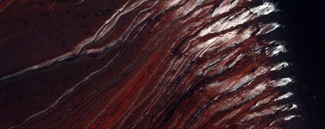 Algumas dunas escuras e cor de ferrugem em Russell Crater.