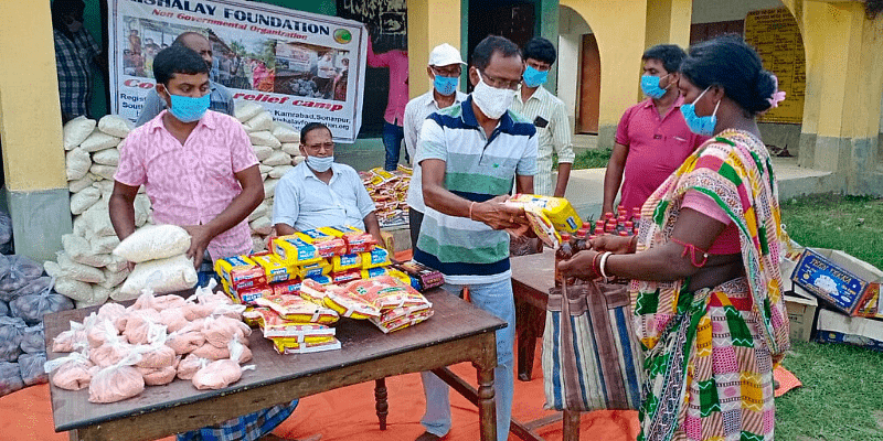 Ration being distributed to parents of children during the Kovid-19 epidemic.