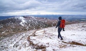 A hiker descending Meall a Bhuachaille Cairn in the Cairngorms in the Scottish Highlands, UK.FKM3WC A hiker descending Meall a Bhuachaille Cairn in the Cairngorms in the Scottish Highlands, UK.