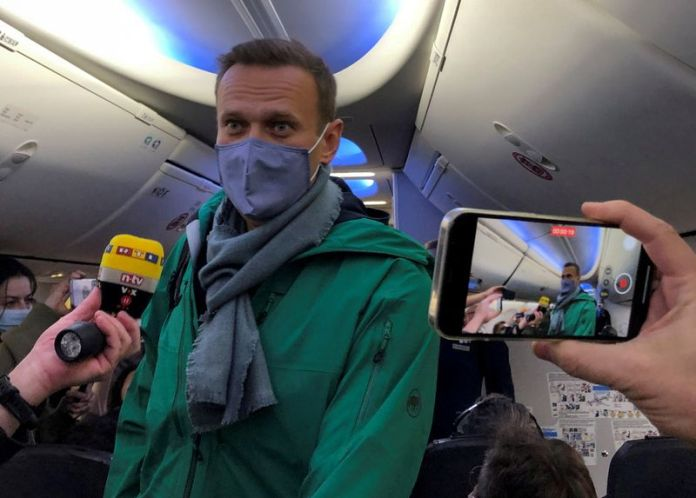 © Reuters. FILE PHOTO: Russian opposition leader Alexei Navalny is seen on board a plane before the departure for Moscow at an airport in Berlin