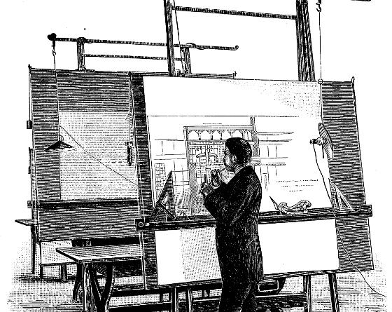 建筑师站在绘图桌前