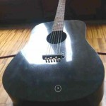 La nuova chitarra con tavola armonica (1) e fondo di una lastra di granito cinese di spessore di 2 mm con fibra carbone. La selletta (2) è di granito Andeer.