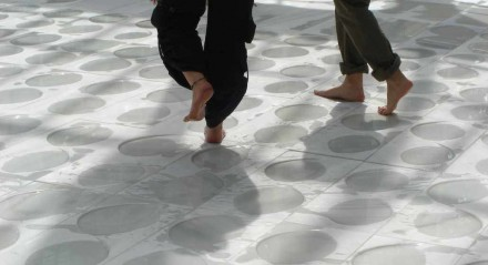 Installation in Madrid: barfuß über den nassen Marmor.