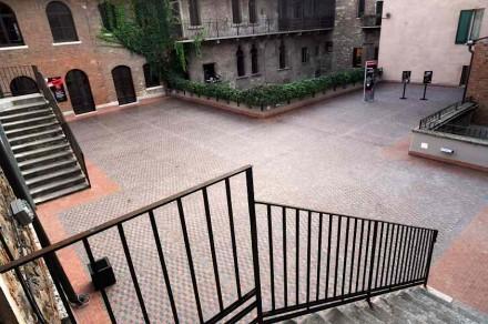 """Die Terrasse, wo die """"Lovestones"""" in den Boden eingebaut werden."""