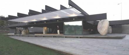 Granitfindlinge tragen das Dach des Mestizo-Restaurants in einem Park in Santiago de Chile.