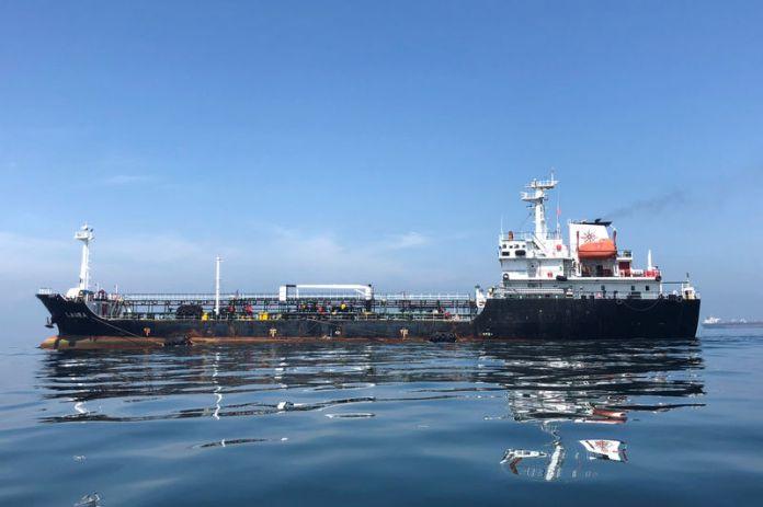 © Reuters. FILE PHOTO: An oil tanker is seen in the sea outside the Puerto La Cruz oil refinery in Puerto La Cruz