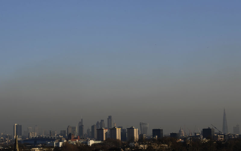© Reuters. FILE PHOTO: Smog is seen over the city of London
