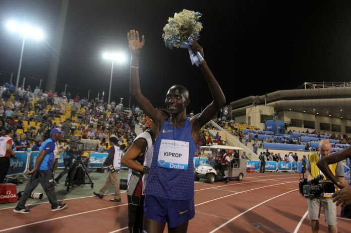 © Reuters. Asbel Kiprop of Kenya celebrates his victory in the men's 1500m event at the IAAF Diamond League athletics meet, in Doha