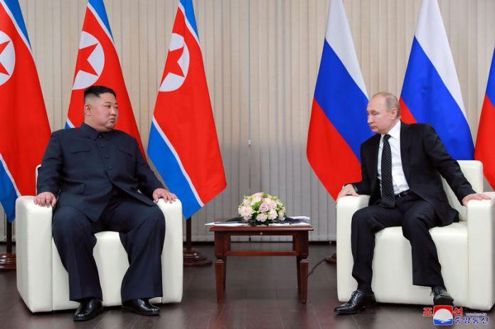 © Reuters. North Korean leader Kim Jong Un meets with Russian President Vladimir Putin in Vladivostok
