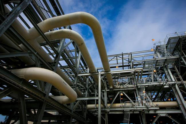 © Bloomberg. Gas pipes run through a plant at the Queensland Curtis Liquefied Natural Gas (QCLNG) project site, operated by QGC Pty, a unit of Royal Dutch Shell Plc, in Gladstone, Australia, on Wednesday, June 15, 2016. Gas from more than 2,500 wells travels hundreds of miles by pipeline to the project, where it's chilled and pumped into 10-story-high tanks before being loaded onto massive ships. Photographer: Bloomberg/Bloomberg